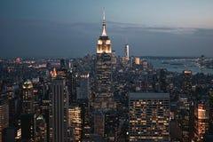 New York City Manhattan I stadens centrum horisont, cityscape under solnedgång på skymning USA 2017 Arkivfoto