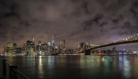New York City Manhattan i stadens centrum panorama på natten med skyskrapor exponerade över East River arkivfoto