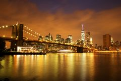 New York City Manhattan im Stadtzentrum gelegen mit Brooklyn-Brücke an der Dämmerung Stockbild