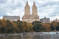 New York City, Manhattan La gente che rema sulle barche in Central Park Autumn Lake Tourism lunatico Immagini Stock Libere da Diritti