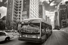 NEW YORK CITY, MANHATTAN, OCT 25, 2013: Opinión sobre el autobús y los coches de NYC en el camino con diversos edificios, rascaci fotos de archivo libres de regalías
