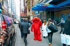 NEW YORK CITY, MANHATTAN, OKT, 25, 2013: NYC-Times Square-Leute in den lustigen Reihen der Animationshelden gehen auf NY-Stadtstr Lizenzfreie Stockbilder