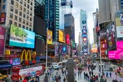 NEW YORK CITY MANHATTAN, OKTOBER, 25, 2013: NYC-Times Square tänder arkitektur för boutique för skärmbyggnadsmode, ledd annonseri arkivbild