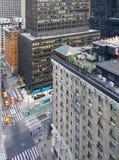 NEW YORK CITY, MANHATTAN, SEPT, 12, 2014: NYC-Himmelschabergebäudehotels und -leute auf Straßen NYC-Gebäude-Geschäftslokale ro Lizenzfreie Stockbilder