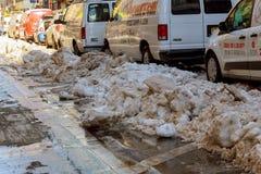 NEW YORK CITY - Mars 16, 2017: Snöa den dolda gatan och rödbrun sandsten i Manhattan, New York City Arkivfoto