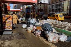 NEW YORK CITY - Mars 16, 2017: Snöa den dolda gatan och rödbrun sandsten i Manhattan, New York City Royaltyfri Bild