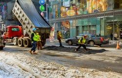 NEW YORK CITY - Mars 16, 2017: stenlägga vägen till New York på våren efter snöstormen Royaltyfri Bild