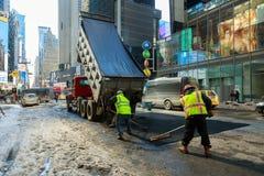 NEW YORK CITY - Mars 16, 2017: stenlägga vägen till New York på våren efter snöstormen Arkivfoton