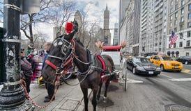NEW YORK CITY - MARS 11: Vagnen väntar på kunder på den centrala medeltalen Arkivbild