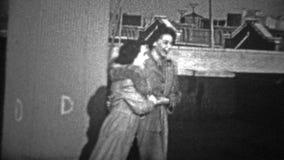 NEW YORK CITY - 1944: Mulheres que riem e que dançam junto em um telhado urbano vídeos de arquivo