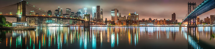 New York City, Nachtpanorama, Brooklyn-Brücke Stockfotos