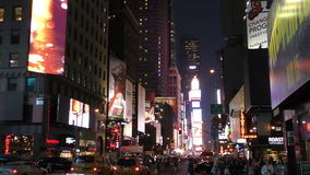 New York City nachts nahe Times Square stock footage