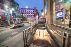 NEW YORK CITY - 30. NOVEMBER 2018: Nachtansicht von Herald Square-U-Bahn-Eingang mit Touristen Die Stadt zieht 50 Millionen Mensc lizenzfreies stockfoto