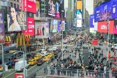 NEW YORK CITY - 30. NOVEMBER 2018: Touristen genießen Times Square von Duffy Square, Vogelperspektive Die Stadt zieht 50 Millione stockfotografie