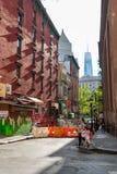 New York City, NY/EUA - 08/01/2018: Cena urbana na área do bairro chinês de New York City de Manhattan, com o mundo novo fotos de stock royalty free