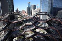 New York City, NY, EUA - 22 DE MAIO DE 2019: A embarca??o, Hudson Yards Staircase projetou pelo arquiteto Thomas Heatherwick Home fotos de stock