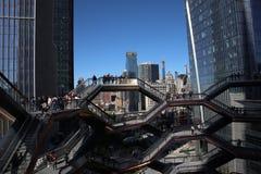 New York City, NY, EUA - 22 DE MAIO DE 2019: A embarca??o, Hudson Yards Staircase projetou pelo arquiteto Thomas Heatherwick Home imagem de stock