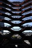 New York City, NY, EUA - 22 DE MAIO DE 2019: A embarca??o, Hudson Yards Staircase projetou pelo arquiteto Thomas Heatherwick Home imagem de stock royalty free