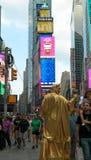 New York City, NY, los E.E.U.U. 05 29 ejecutante 2016 y peatones del lstreet en Times Square imagen de archivo