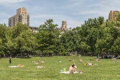 New York City, NY - 26. Mai - Besucher, die sonniges Memorial Day im Jahre 2014 genießen lizenzfreies stockfoto