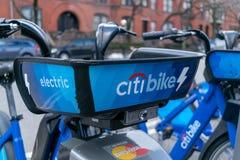 New York City, NY/USA - 03/21/2019: Citibikes na rua de New York City, Manhattan, NYC, EUA imagem de stock