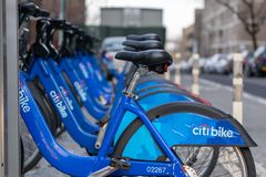 New York City, NY/USA - 03/21/2019: Citibikes na rua de New York City, Manhattan, NYC, EUA foto de stock royalty free