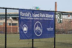New York City, NY/USA - 3/19/2019: Die des Randalls Insel-Park-Alliance-Fahne stockfotos