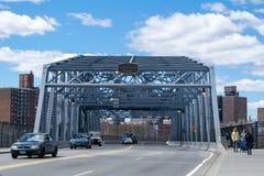 New York City, NY/USA - 04/09/2019: Mirando hacia el este a trav?s del puente de la calle de the145th, llevando del Bronx a Harle imagen de archivo