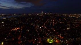 New York City NYC tänder i stadens centrum skyskrapor och torn i den ljusa natten i flyg- sikt för öga för fågel 4k arkivfilmer