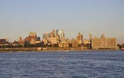 New York City, o 3 de agosto: Brooklin Panorama do Rio Hudson no por do sol em New York City Fotografia de Stock Royalty Free