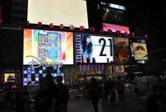 New York City, o 3 de agosto: Times Square que anuncia na noite em Manhattan em New York City fotografia de stock