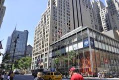 New York City, o 2 de julho: Arranha-céus em Fifth Avenue em Manhattan de New York City no Estados Unidos Fotografia de Stock Royalty Free