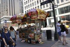 New York City, o 2 de julho: Foodcart na Quinta Avenida em Manhattan de New York City no Estados Unidos Foto de Stock Royalty Free
