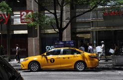 New York City, o 2 de julho: Táxi amarelo na Quinta Avenida em Manhattan de New York City no Estados Unidos Imagens de Stock Royalty Free