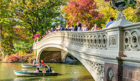 NEW YORK CITY - OCTOBRE 2015 : Les gens apprécient le Central Park en veinule Photo libre de droits