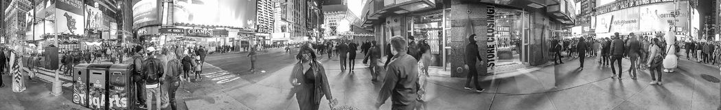 NEW YORK CITY - OCTOBRE 2015 : Touristes dans le Times Square la nuit Image libre de droits