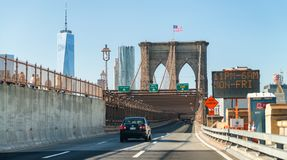 NEW YORK CITY - OKTOBER 20, 2015: Bilar rusar upp på Brooklyn Brid Royaltyfria Foton