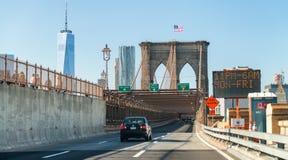NEW YORK CITY - OKTOBER 20, 2015: Bilar rusar upp på Brooklyn Brid Royaltyfria Foton