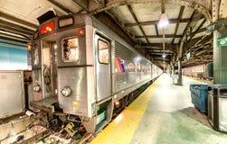 NEW YORK CITY - OKTOBER 20, 2015: Hoboken drevstation på natten royaltyfri foto