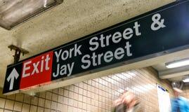 NEW YORK CITY - 22. OKTOBER 2015: Nehmen Sie Zeichen auf York-Straße subwa heraus Lizenzfreie Stockfotografie