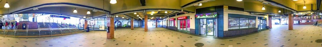 NEW YORK CITY - OKTOBER 2015: Touristen in Coney Island-U-Bahnst. stockfoto