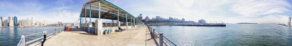 NEW YORK CITY - OKTOBER 2015: Touristen im Brooklyn-Brücken-Park Stockfoto