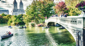NEW YORK CITY - OKTOBER 2015: Touristen im Central Park genießen fol Stockbild