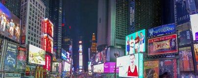 NEW YORK CITY - OKTOBER 2015: TuristbesökTimes Square på nig Royaltyfri Bild
