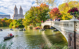 NEW YORK CITY - OKTOBER 2015: Turister i Central Park tycker om fol Royaltyfri Fotografi