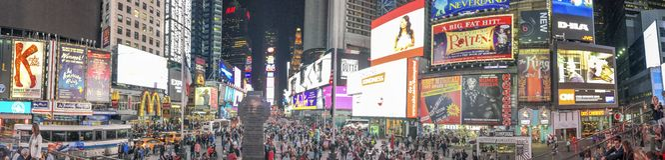 NEW YORK CITY - OKTOBER 2015: Turister i Times Square på natten Arkivfoton