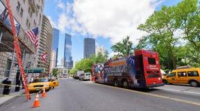 NEW YORK CITY - OKTOBER 20, 2015: Turister på den 59. gatan Nytt Y Arkivbilder