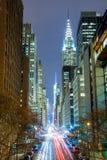New York City på natten - 42nd gata med trafik, lång exponering Arkivbilder