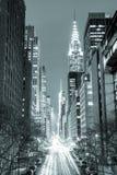 New York City på natten - 42nd gata med trafik, svart och wh Arkivfoto