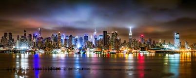 New York City panorama på en molnig natt arkivfoto